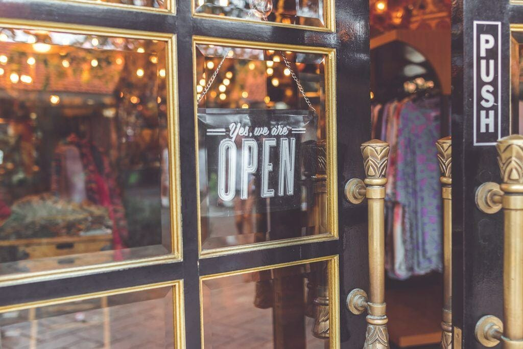 are blogs still a thing for clothing stores